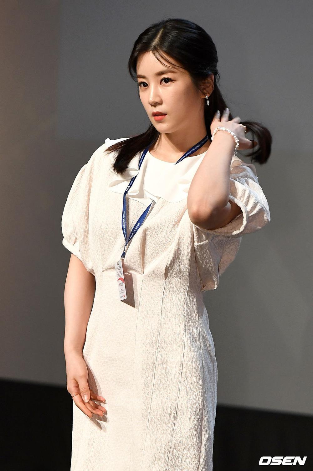 Goo Hye Sun rạng rỡ sau ly hôn, đọ sắc loạt sao Hàn trên thảm đỏ 'LHP Bucheon 2020' Ảnh 16