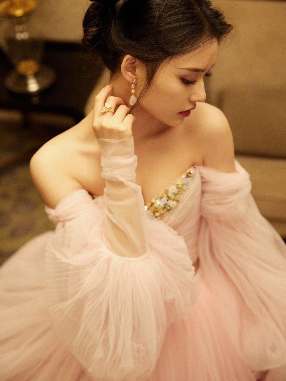 'Đêm hội ELLE 2020': Cận cảnh nhan sắc đẹp nao lòng của Dương Mịch, Cổ Lực Na Trát, Đường Yên và loạt sao Cbiz Ảnh 83