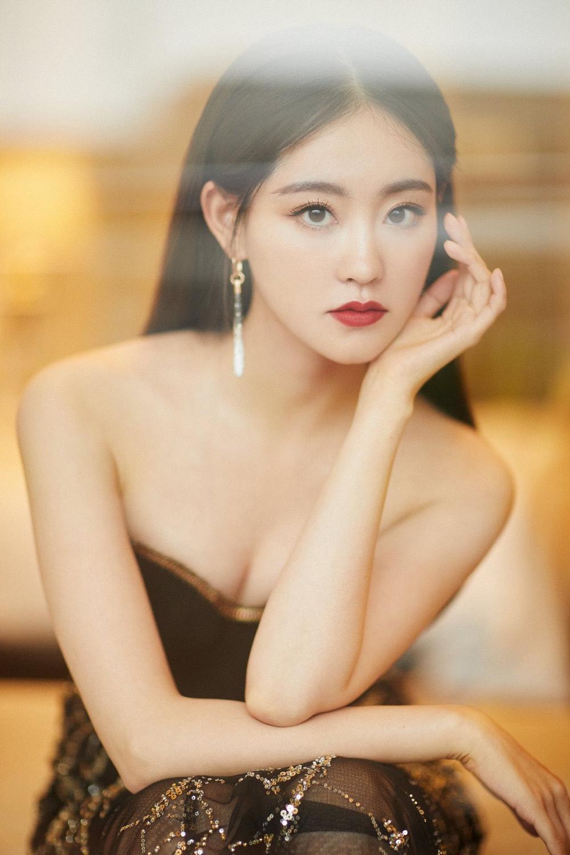 'Đêm hội ELLE 2020': Cận cảnh nhan sắc đẹp nao lòng của Dương Mịch, Cổ Lực Na Trát, Đường Yên và loạt sao Cbiz Ảnh 17
