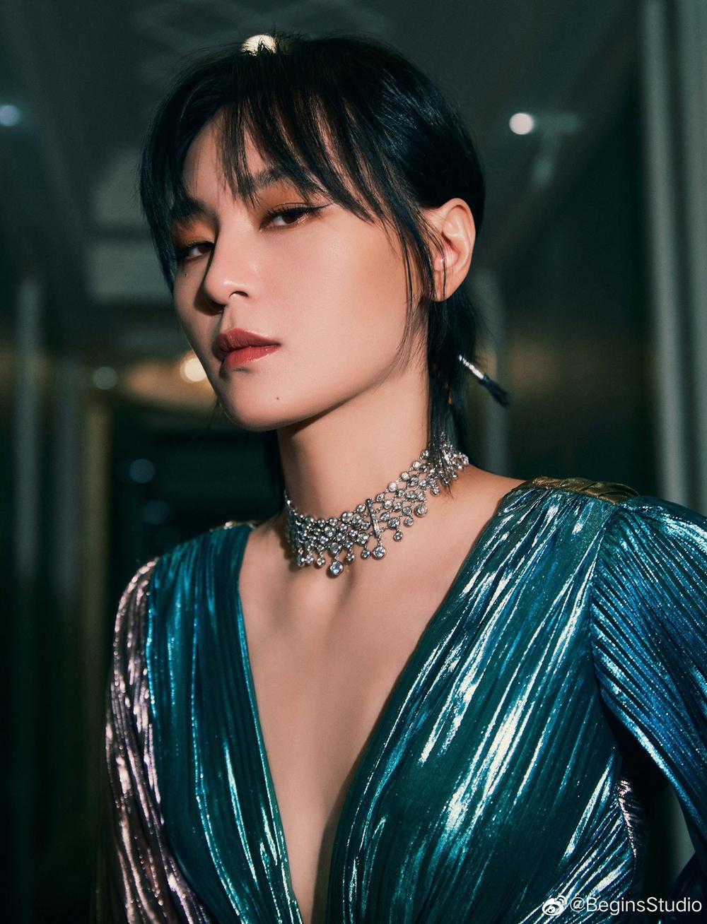 'Đêm hội ELLE 2020': Cận cảnh nhan sắc đẹp nao lòng của Dương Mịch, Cổ Lực Na Trát, Đường Yên và loạt sao Cbiz Ảnh 42