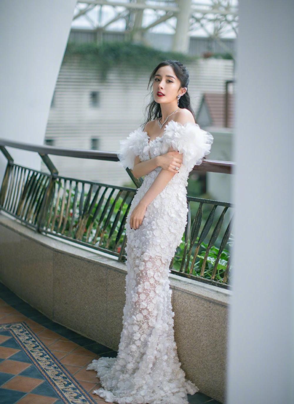 'Đêm hội ELLE 2020': Cận cảnh nhan sắc đẹp nao lòng của Dương Mịch, Cổ Lực Na Trát, Đường Yên và loạt sao Cbiz Ảnh 2