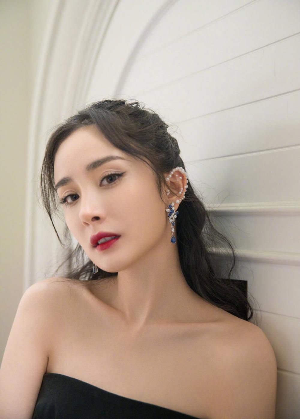 'Đêm hội ELLE 2020': Cận cảnh nhan sắc đẹp nao lòng của Dương Mịch, Cổ Lực Na Trát, Đường Yên và loạt sao Cbiz Ảnh 5