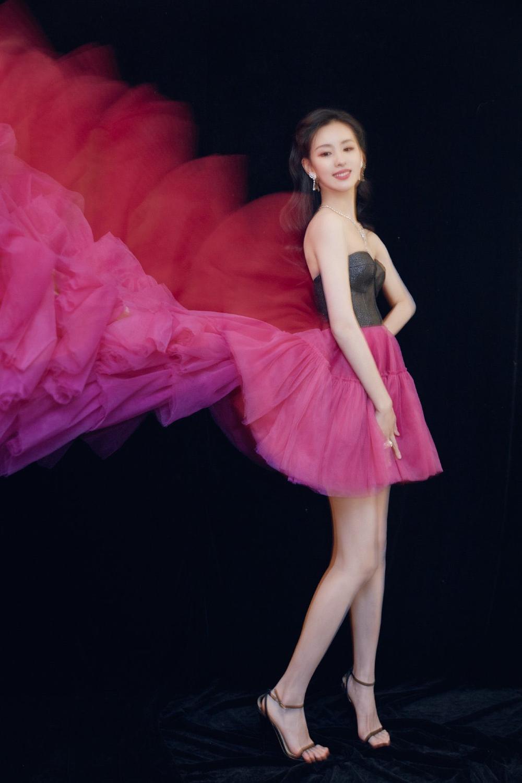 'Đêm hội ELLE 2020': Cận cảnh nhan sắc đẹp nao lòng của Dương Mịch, Cổ Lực Na Trát, Đường Yên và loạt sao Cbiz Ảnh 25