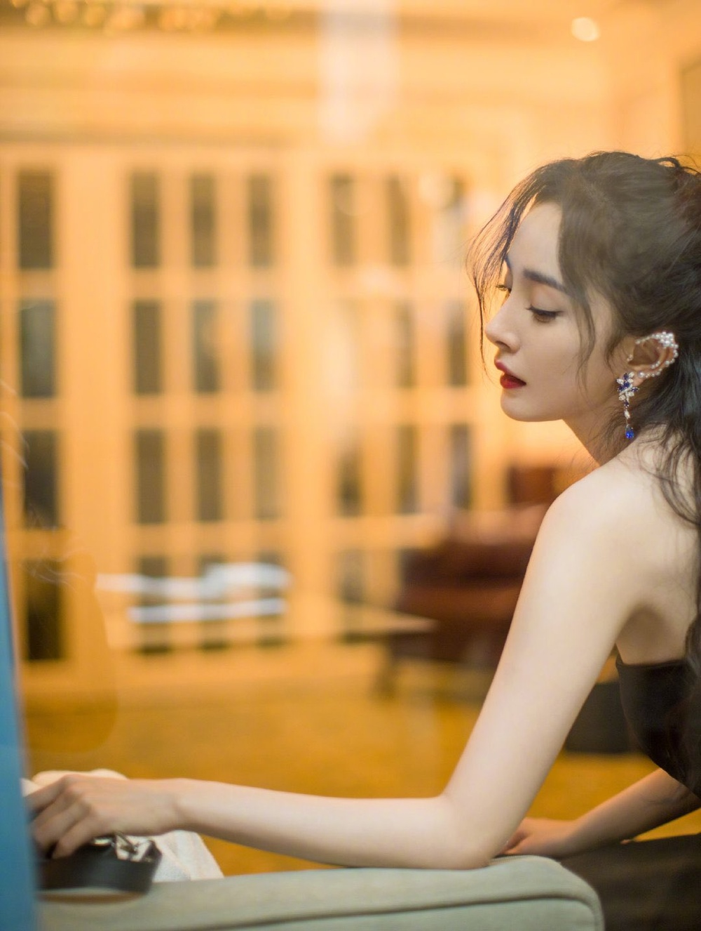 'Đêm hội ELLE 2020': Cận cảnh nhan sắc đẹp nao lòng của Dương Mịch, Cổ Lực Na Trát, Đường Yên và loạt sao Cbiz Ảnh 4