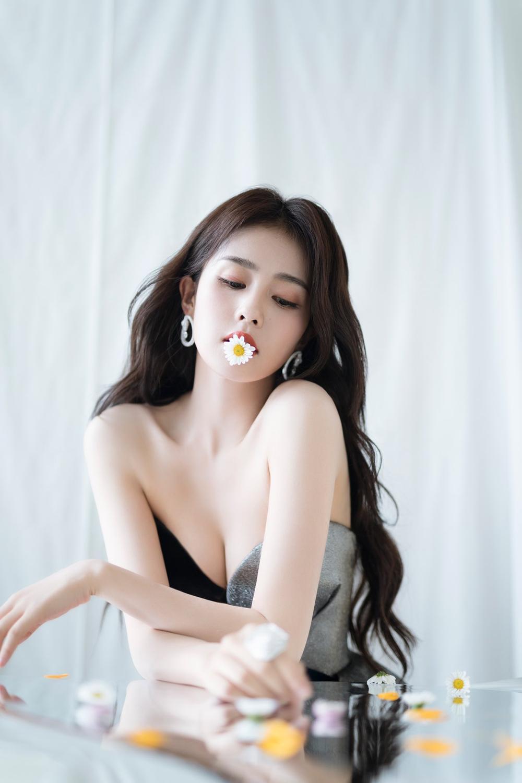 'Đêm hội ELLE 2020': Cận cảnh nhan sắc đẹp nao lòng của Dương Mịch, Cổ Lực Na Trát, Đường Yên và loạt sao Cbiz Ảnh 71