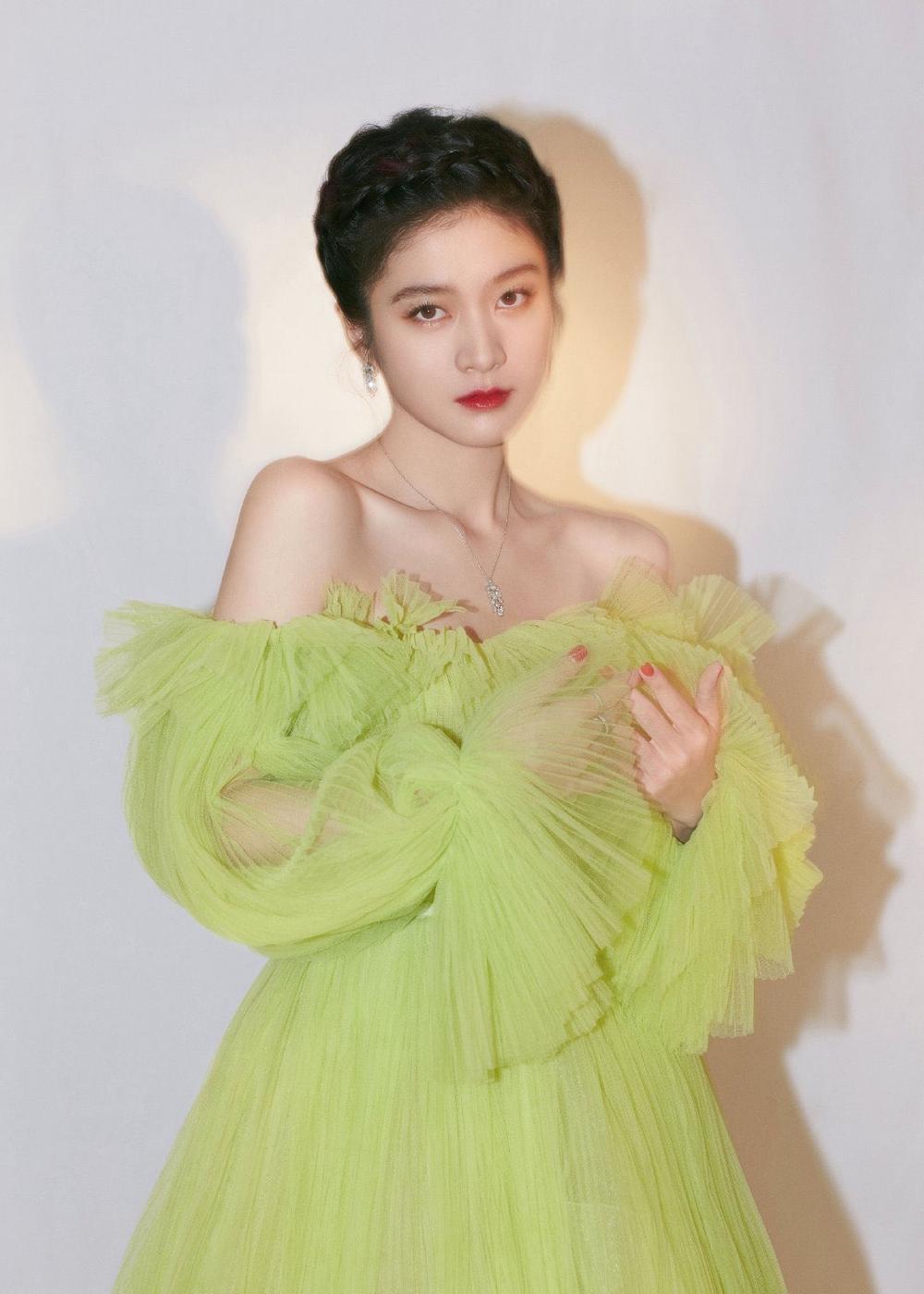 'Đêm hội ELLE 2020': Cận cảnh nhan sắc đẹp nao lòng của Dương Mịch, Cổ Lực Na Trát, Đường Yên và loạt sao Cbiz Ảnh 36