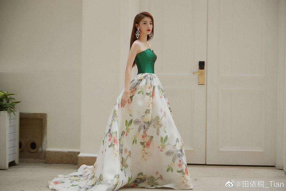 'Đêm hội ELLE 2020': Cận cảnh nhan sắc đẹp nao lòng của Dương Mịch, Cổ Lực Na Trát, Đường Yên và loạt sao Cbiz Ảnh 81