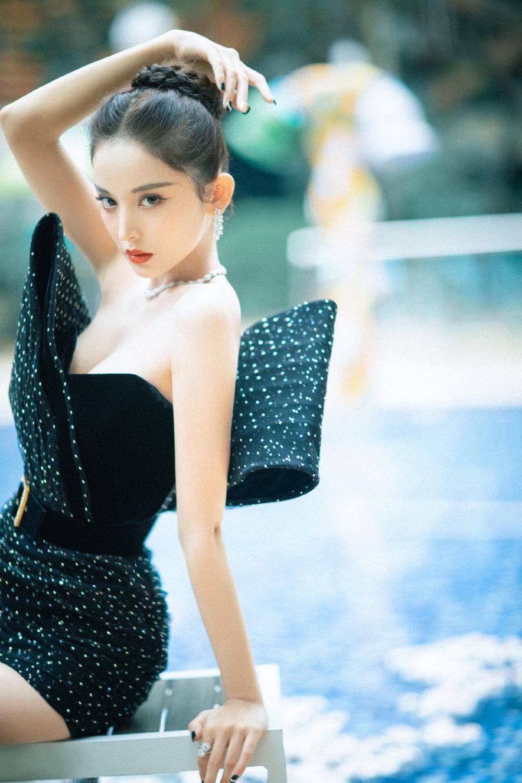 'Đêm hội ELLE 2020': Cận cảnh nhan sắc đẹp nao lòng của Dương Mịch, Cổ Lực Na Trát, Đường Yên và loạt sao Cbiz Ảnh 12