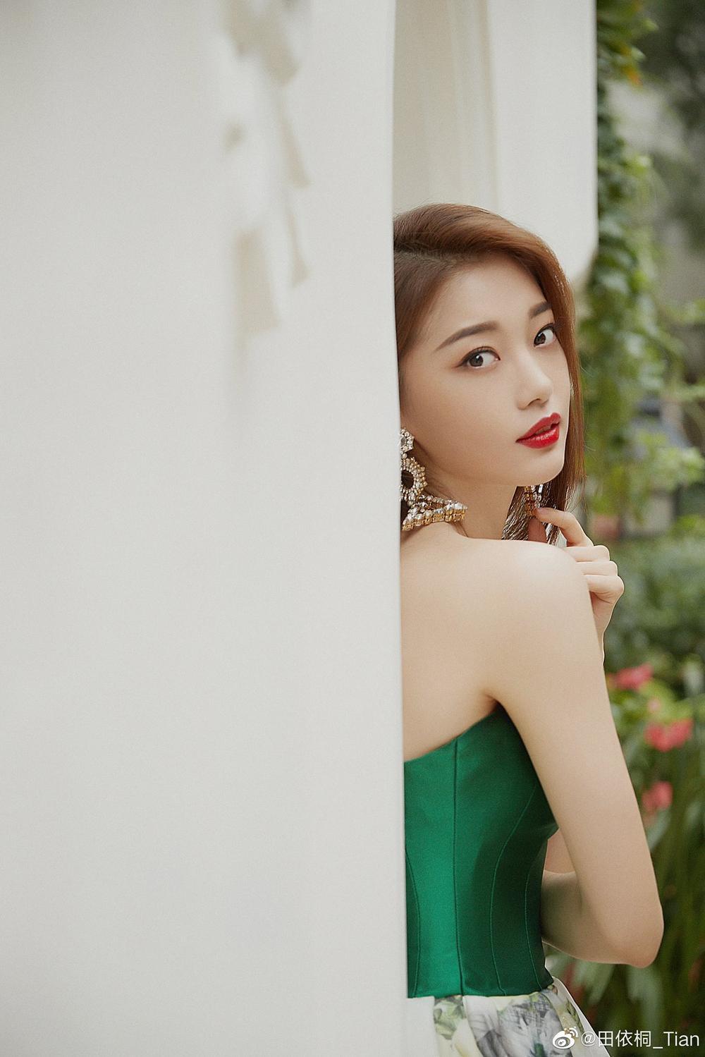 'Đêm hội ELLE 2020': Cận cảnh nhan sắc đẹp nao lòng của Dương Mịch, Cổ Lực Na Trát, Đường Yên và loạt sao Cbiz Ảnh 82
