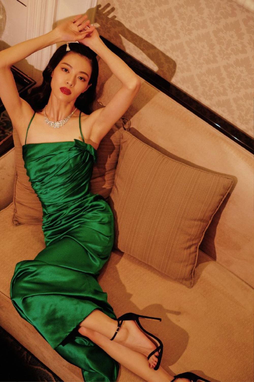 'Đêm hội ELLE 2020': Cận cảnh nhan sắc đẹp nao lòng của Dương Mịch, Cổ Lực Na Trát, Đường Yên và loạt sao Cbiz Ảnh 31