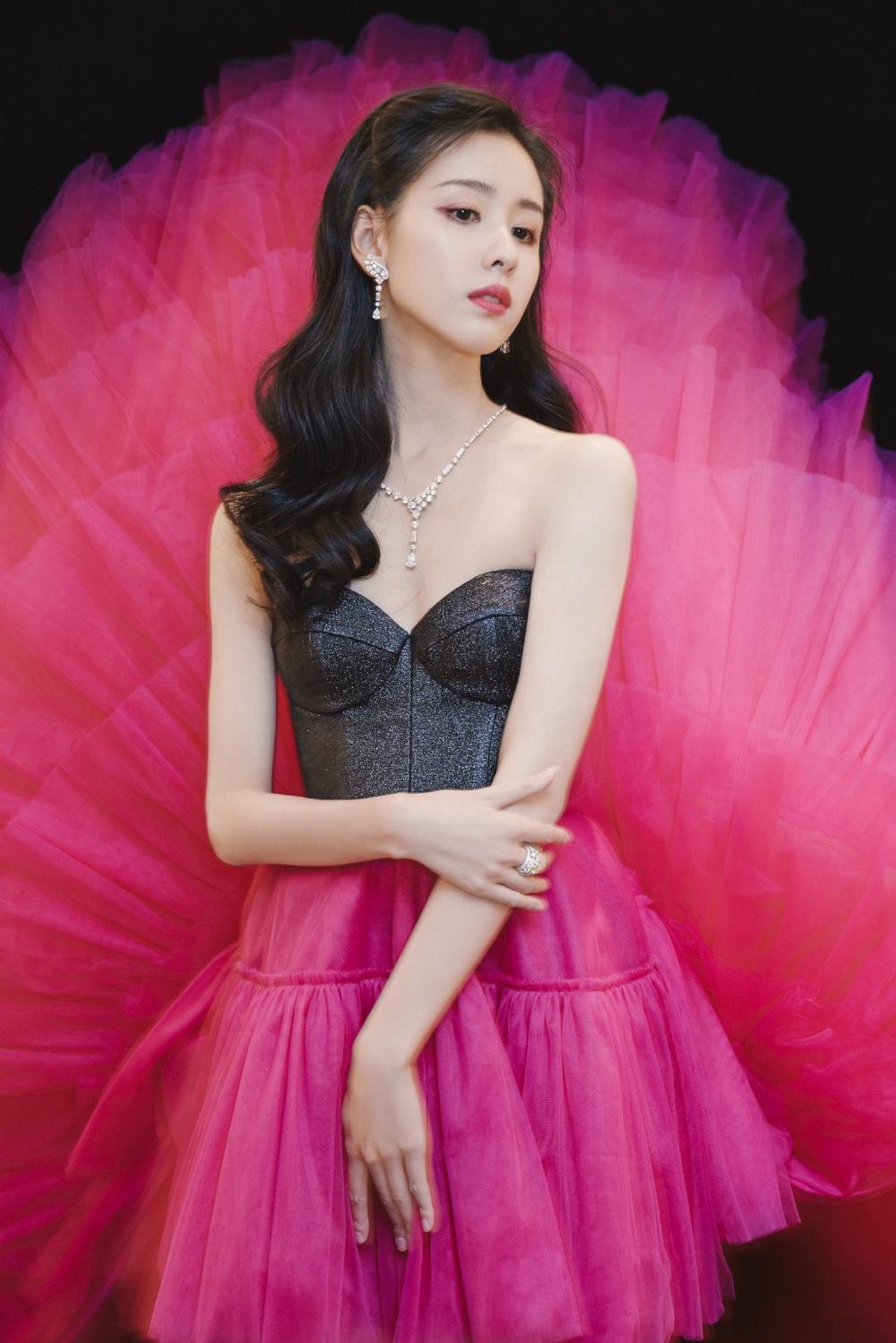 'Đêm hội ELLE 2020': Cận cảnh nhan sắc đẹp nao lòng của Dương Mịch, Cổ Lực Na Trát, Đường Yên và loạt sao Cbiz Ảnh 26