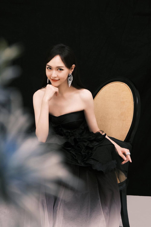'Đêm hội ELLE 2020': Cận cảnh nhan sắc đẹp nao lòng của Dương Mịch, Cổ Lực Na Trát, Đường Yên và loạt sao Cbiz Ảnh 9