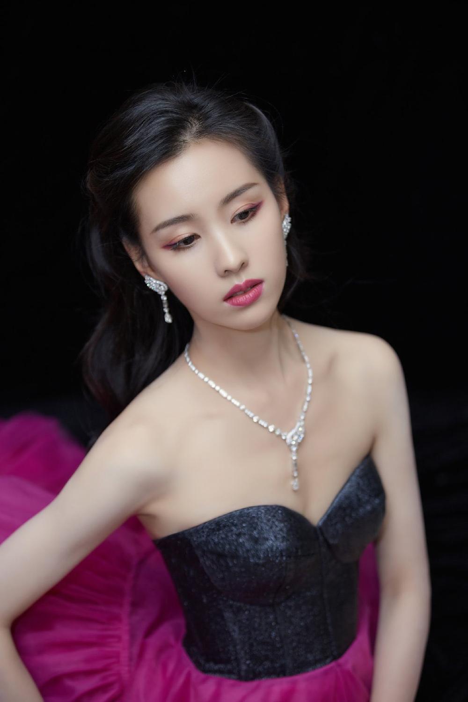 'Đêm hội ELLE 2020': Cận cảnh nhan sắc đẹp nao lòng của Dương Mịch, Cổ Lực Na Trát, Đường Yên và loạt sao Cbiz Ảnh 27