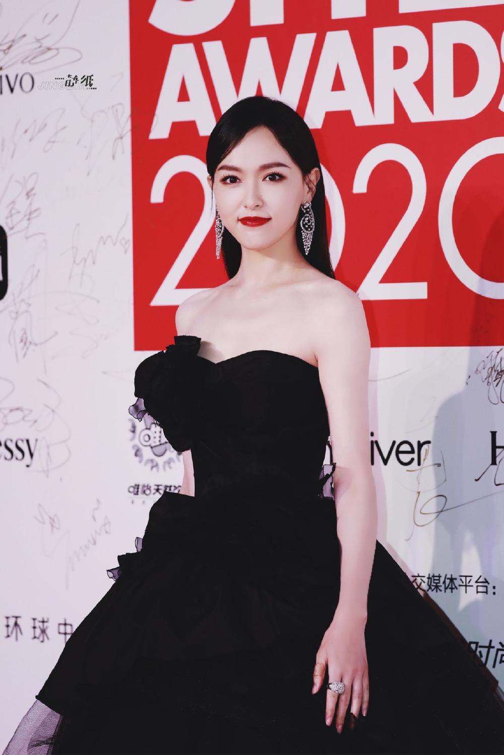 Thảm đỏ 'Đêm hội ELLE 2020': Dương Mịch đọ sắc Đường Yên - Cổ Lực Na Trát, Giang Sở Ảnh diện váy xuyên thấu Ảnh 15
