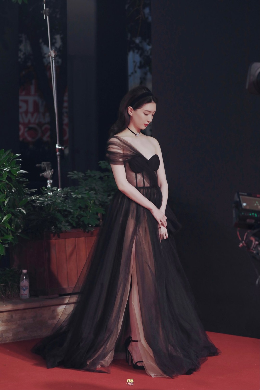 Thảm đỏ 'Đêm hội ELLE 2020': Dương Mịch đọ sắc Đường Yên - Cổ Lực Na Trát, Giang Sở Ảnh diện váy xuyên thấu Ảnh 54