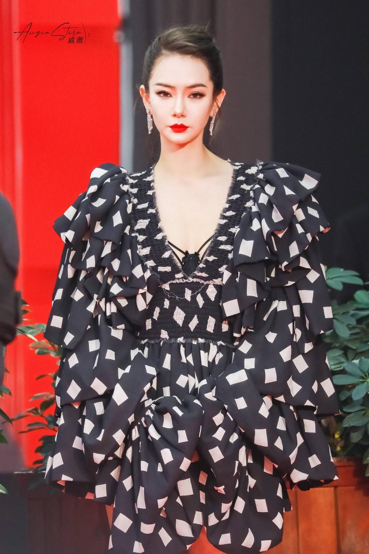 Thảm đỏ 'Đêm hội ELLE 2020': Dương Mịch đọ sắc Đường Yên - Cổ Lực Na Trát, Giang Sở Ảnh diện váy xuyên thấu Ảnh 89