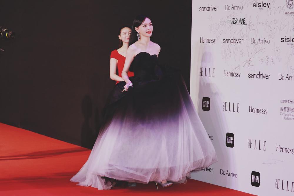 Thảm đỏ 'Đêm hội ELLE 2020': Dương Mịch đọ sắc Đường Yên - Cổ Lực Na Trát, Giang Sở Ảnh diện váy xuyên thấu Ảnh 14