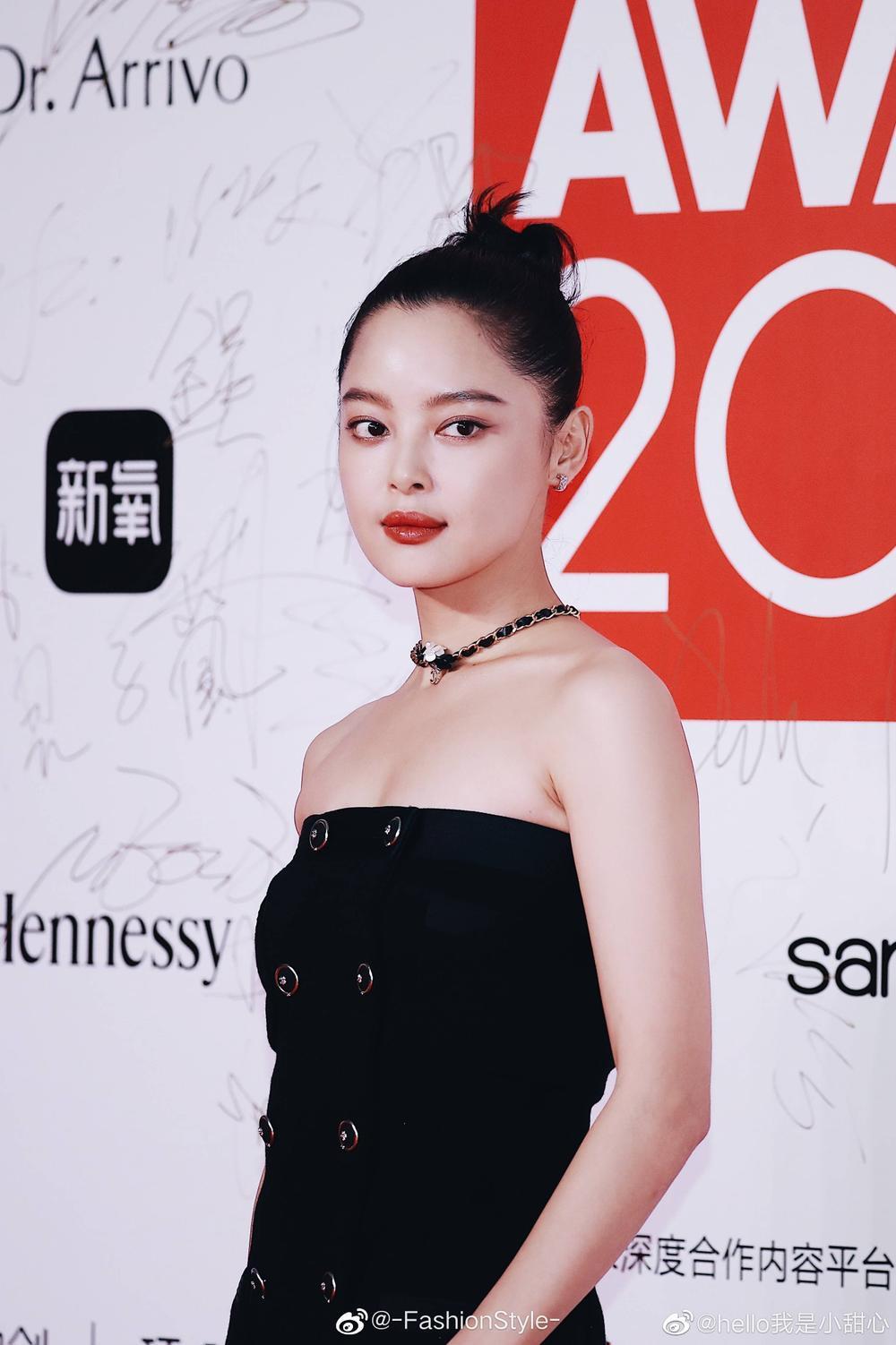 Thảm đỏ 'Đêm hội ELLE 2020': Dương Mịch đọ sắc Đường Yên - Cổ Lực Na Trát, Giang Sở Ảnh diện váy xuyên thấu Ảnh 26