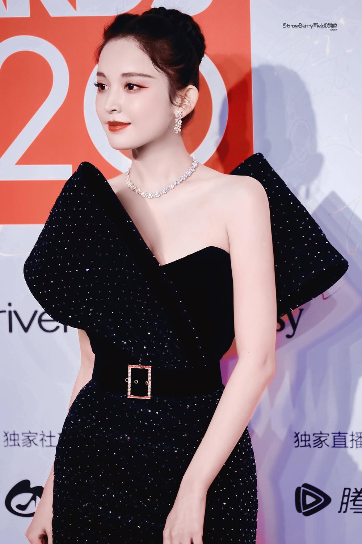 Thảm đỏ 'Đêm hội ELLE 2020': Dương Mịch đọ sắc Đường Yên - Cổ Lực Na Trát, Giang Sở Ảnh diện váy xuyên thấu Ảnh 36