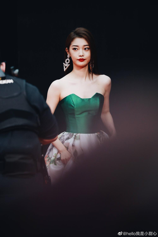Thảm đỏ 'Đêm hội ELLE 2020': Dương Mịch đọ sắc Đường Yên - Cổ Lực Na Trát, Giang Sở Ảnh diện váy xuyên thấu Ảnh 73
