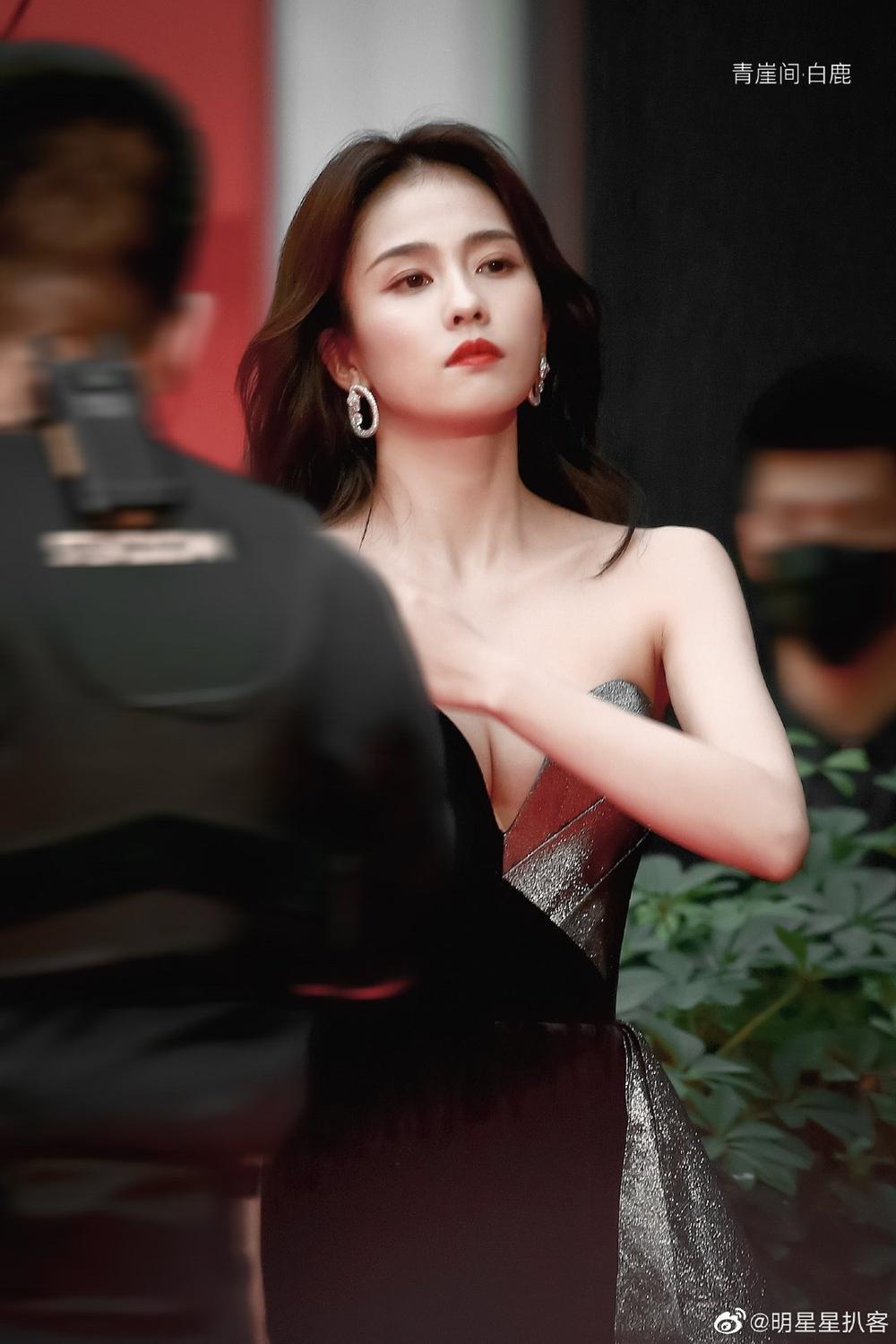 Thảm đỏ 'Đêm hội ELLE 2020': Dương Mịch đọ sắc Đường Yên - Cổ Lực Na Trát, Giang Sở Ảnh diện váy xuyên thấu Ảnh 69