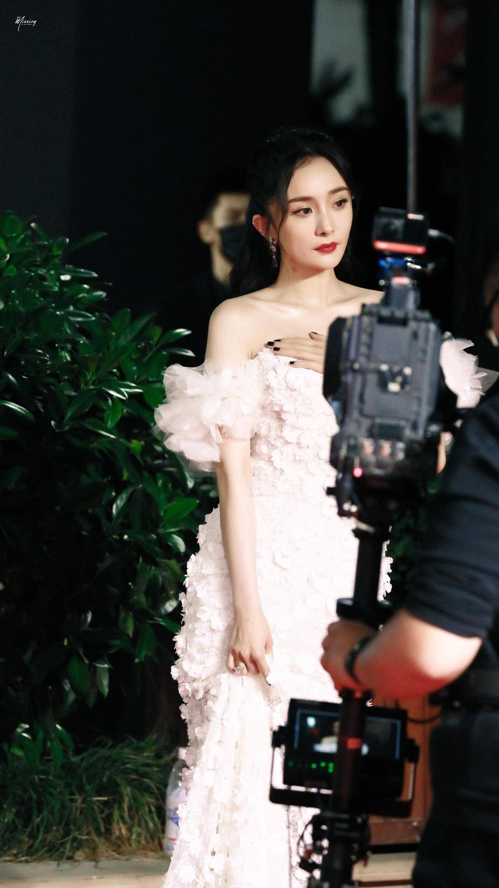 Thảm đỏ 'Đêm hội ELLE 2020': Dương Mịch đọ sắc Đường Yên - Cổ Lực Na Trát, Giang Sở Ảnh diện váy xuyên thấu Ảnh 6