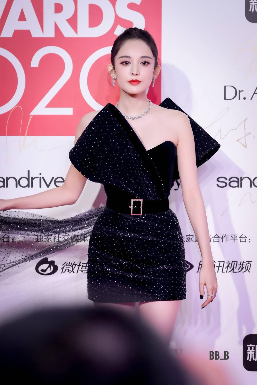 Thảm đỏ 'Đêm hội ELLE 2020': Dương Mịch đọ sắc Đường Yên - Cổ Lực Na Trát, Giang Sở Ảnh diện váy xuyên thấu Ảnh 38