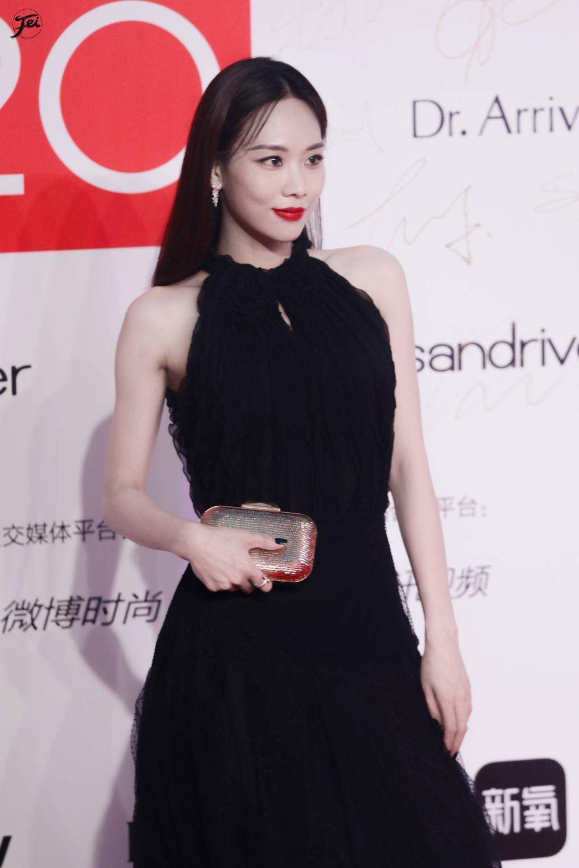 Thảm đỏ 'Đêm hội ELLE 2020': Dương Mịch đọ sắc Đường Yên - Cổ Lực Na Trát, Giang Sở Ảnh diện váy xuyên thấu Ảnh 42