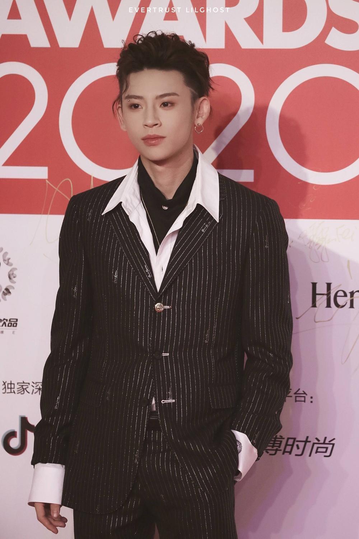 Thảm đỏ 'Đêm hội ELLE 2020': Dương Mịch đọ sắc Đường Yên - Cổ Lực Na Trát, Giang Sở Ảnh diện váy xuyên thấu Ảnh 100