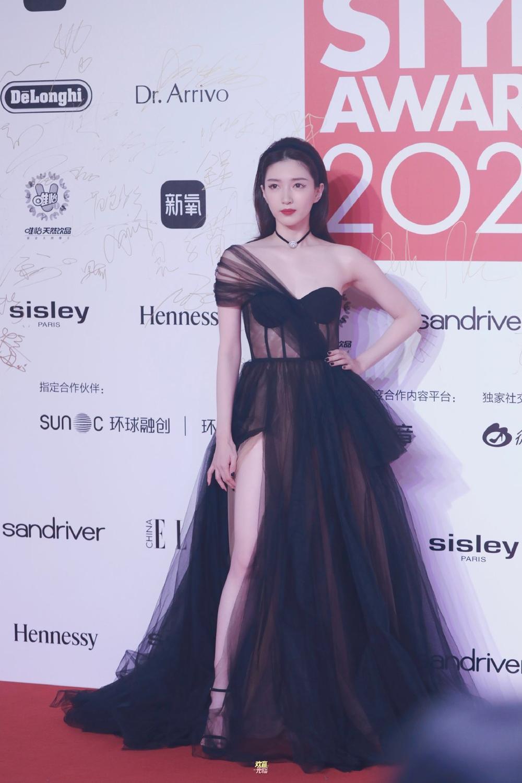 Thảm đỏ 'Đêm hội ELLE 2020': Dương Mịch đọ sắc Đường Yên - Cổ Lực Na Trát, Giang Sở Ảnh diện váy xuyên thấu Ảnh 52