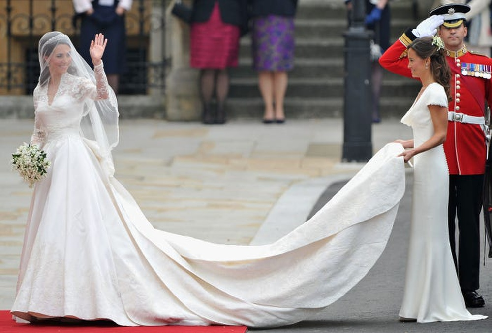 16 trang phục đắt tiền nhất mà thành viên hoàng gia Anh từng mặc Ảnh 2