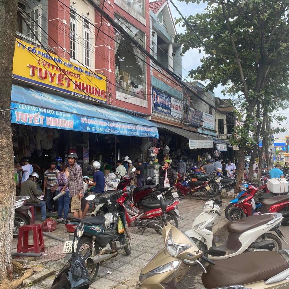 Ảnh: Người dân Đà Nẵng tranh thủ 'đi chợ' mua đồ chống chèn nhà cửa trước cơn bão số 9 Ảnh 1