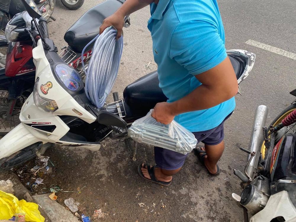 Ảnh: Người dân Đà Nẵng tranh thủ 'đi chợ' mua đồ chống chèn nhà cửa trước cơn bão số 9 Ảnh 3