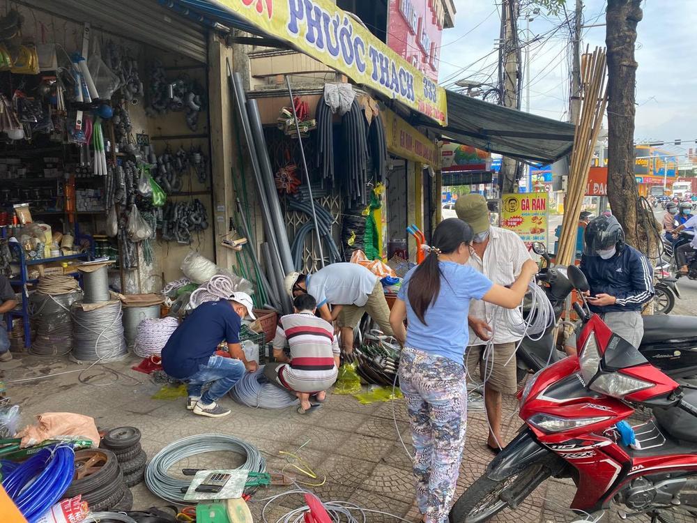 Ảnh: Người dân Đà Nẵng tranh thủ 'đi chợ' mua đồ chống chèn nhà cửa trước cơn bão số 9 Ảnh 4