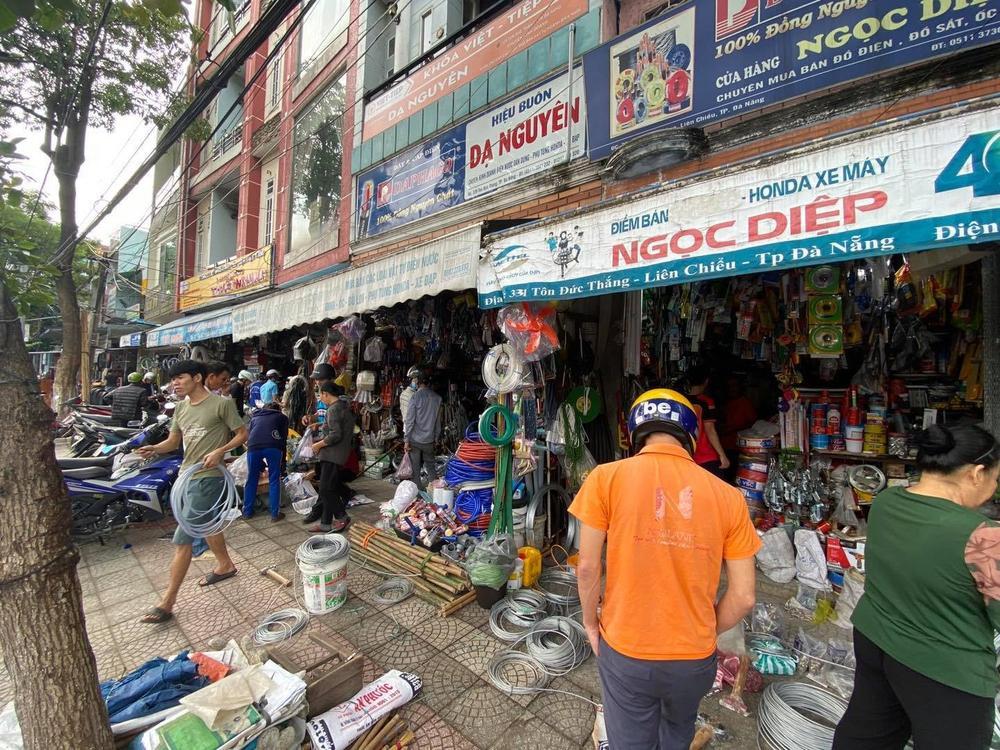 Ảnh: Người dân Đà Nẵng tranh thủ 'đi chợ' mua đồ chống chèn nhà cửa trước cơn bão số 9 Ảnh 5