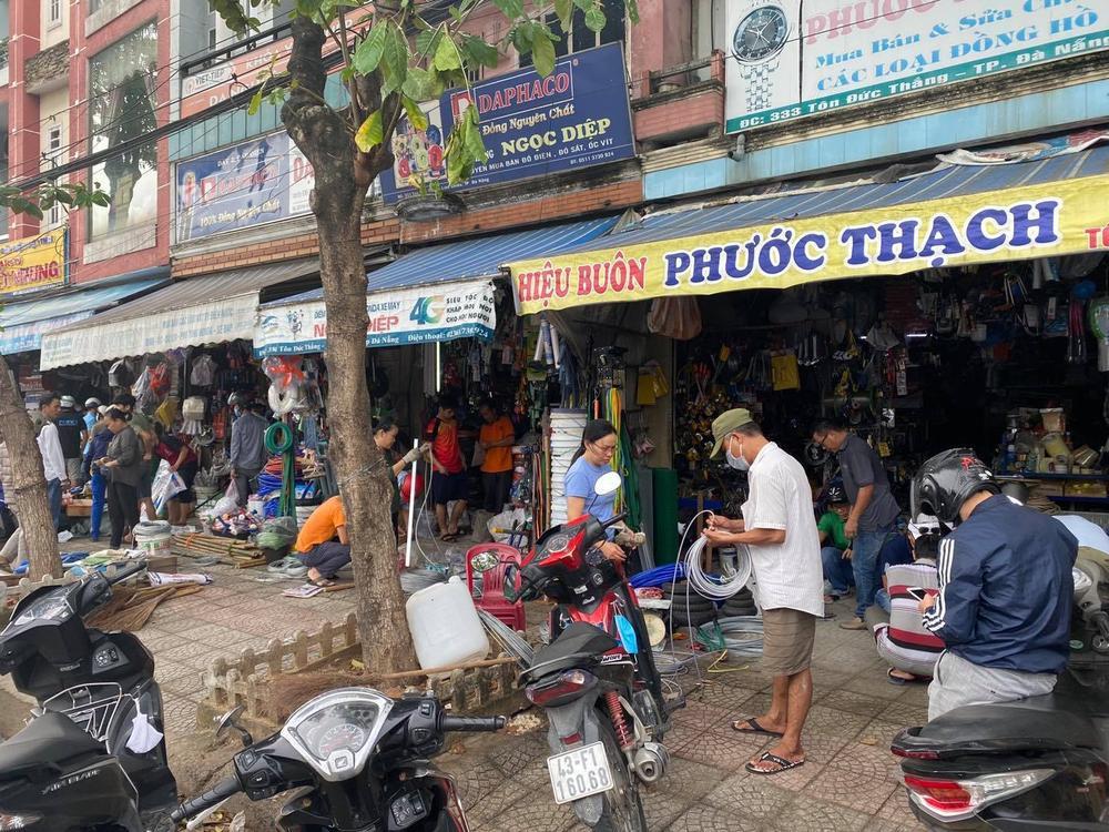 Ảnh: Người dân Đà Nẵng tranh thủ 'đi chợ' mua đồ chống chèn nhà cửa trước cơn bão số 9 Ảnh 6