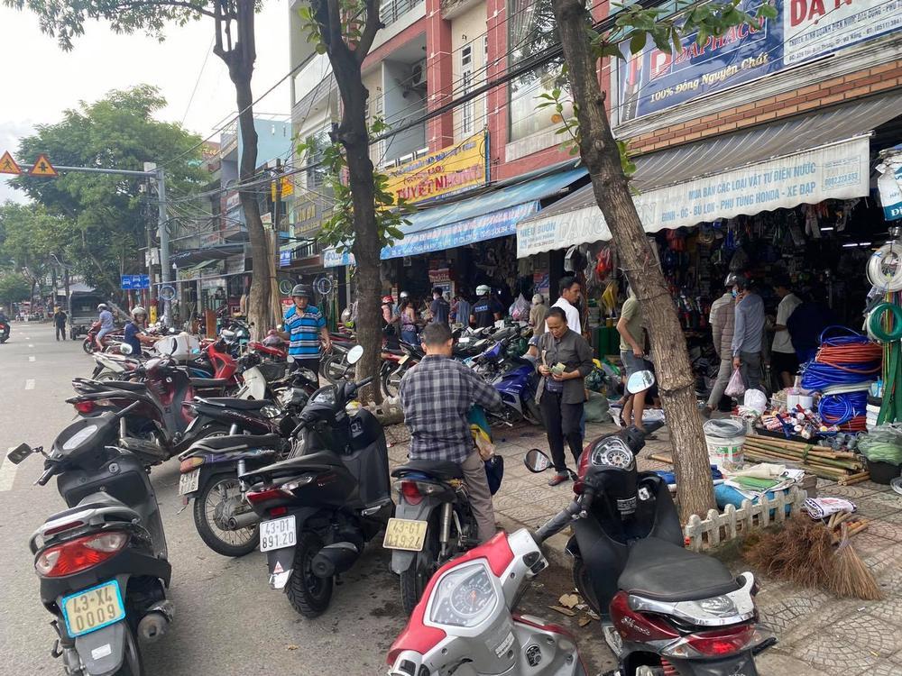 Ảnh: Người dân Đà Nẵng tranh thủ 'đi chợ' mua đồ chống chèn nhà cửa trước cơn bão số 9 Ảnh 7