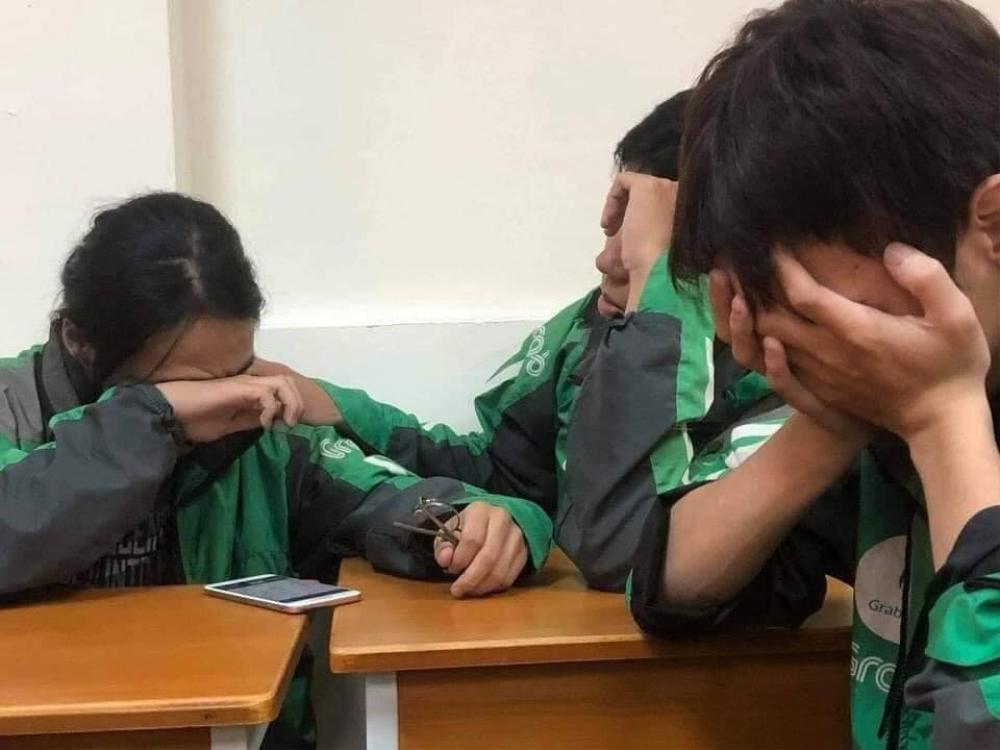 3 sinh viên khoác áo xe ôm công nghệ buồn bã ở góc lớp và câu chuyện xót xa phía sau Ảnh 1