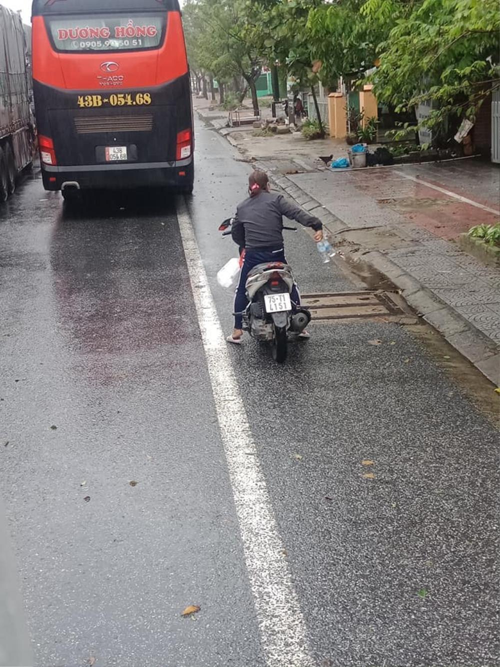 Ấm lòng chuyện người dân Huế gõ cửa từng xe trú bão để phát cơm miễn phí bấp chấp mưa gió Ảnh 2