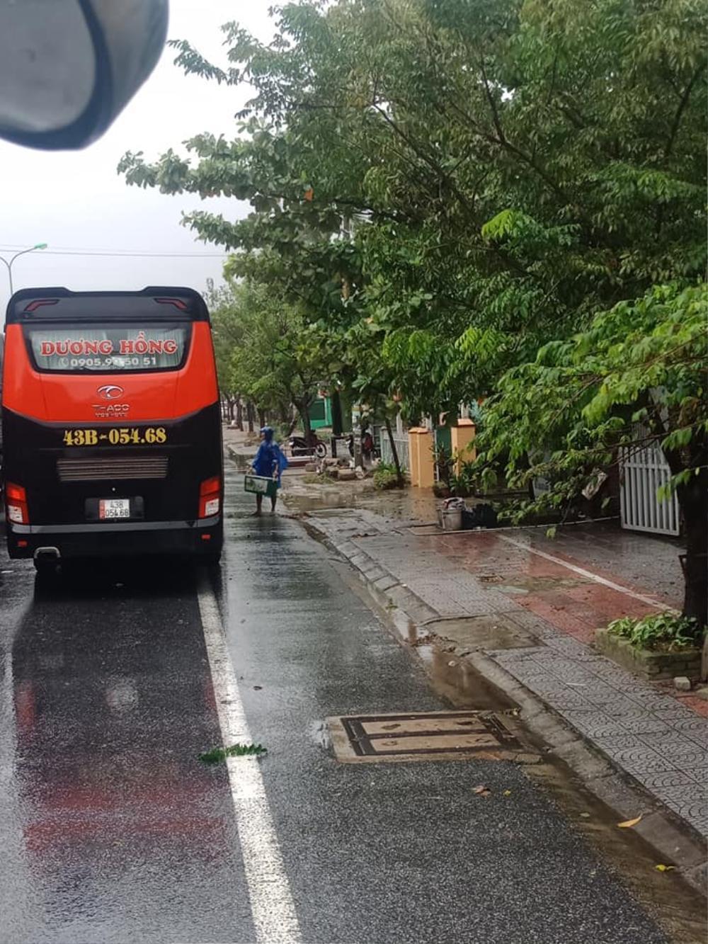 Ấm lòng chuyện người dân Huế gõ cửa từng xe trú bão để phát cơm miễn phí bấp chấp mưa gió Ảnh 3