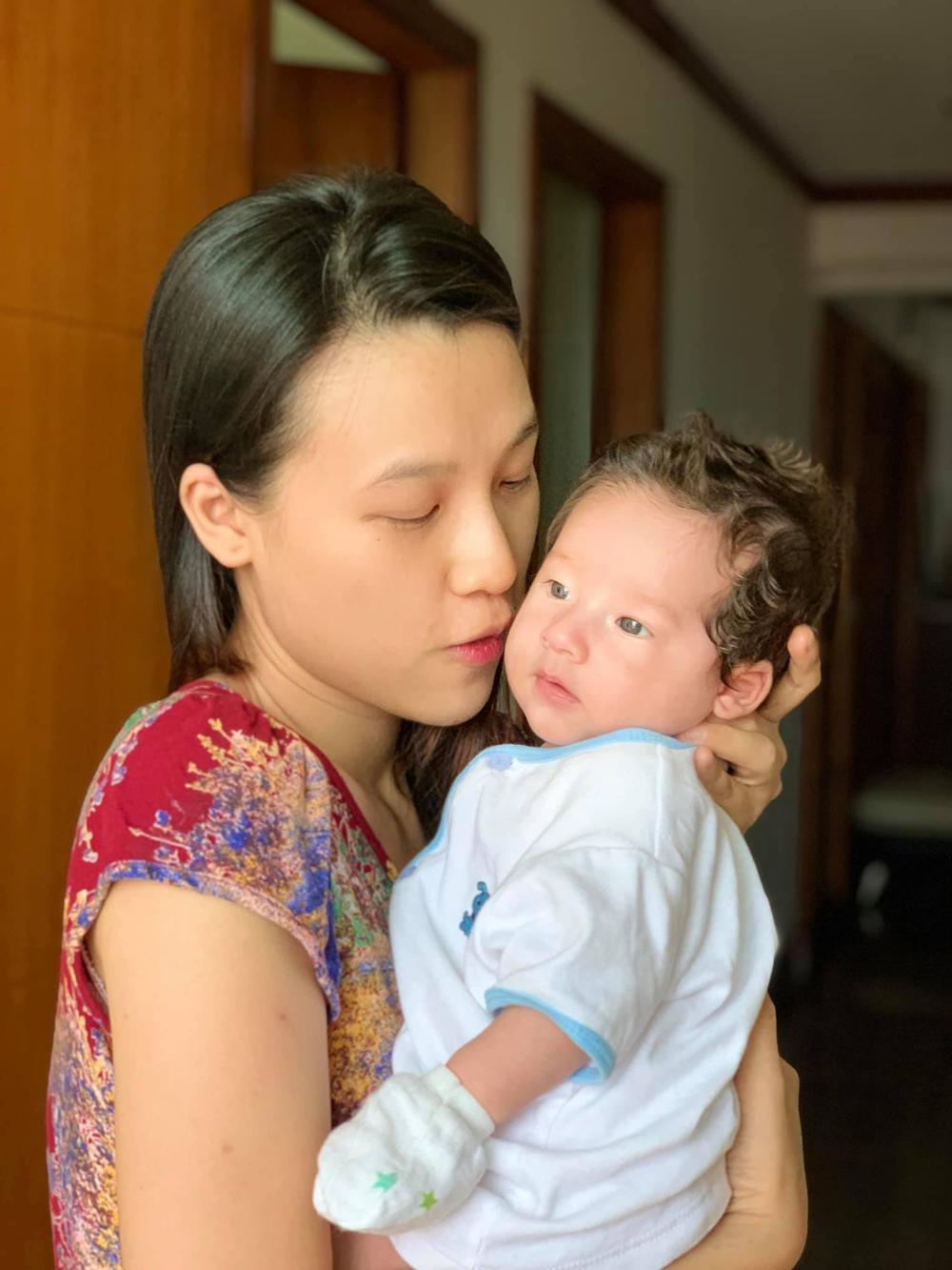 Con trai Hoàng Oanh tiếp tục gây sốt với sống mũi và góc nghiêng cực phẩm Ảnh 8