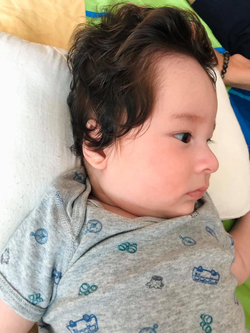 Con trai Hoàng Oanh tiếp tục gây sốt với sống mũi và góc nghiêng cực phẩm Ảnh 2