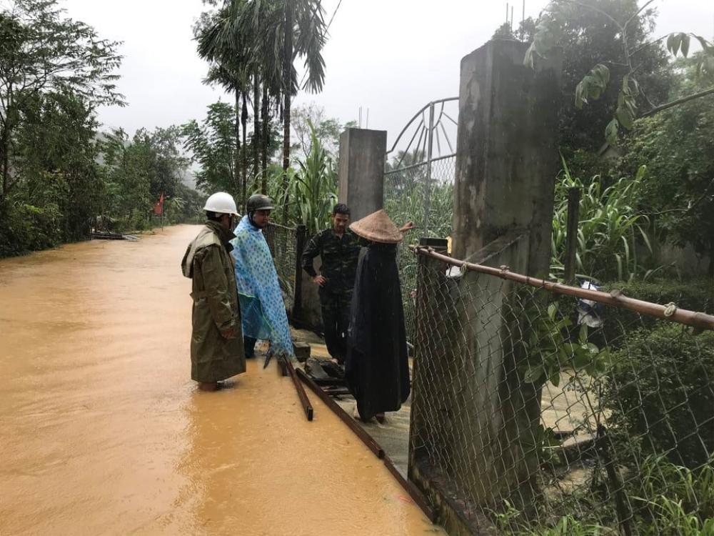 Hà Tĩnh lệnh sơ tán khẩn cả nghìn người dân khỏi vùng ngập lụt, sạt lở Ảnh 1
