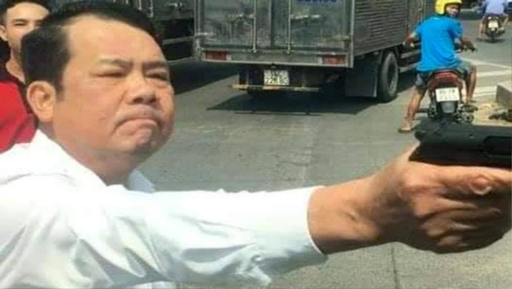 Giám đốc chĩa súng dọa bắn lái xe tải khai 'chỉ muốn lên nói chuyện rõ ràng hoà nhã' bị phạt 18 tháng tù Ảnh 3