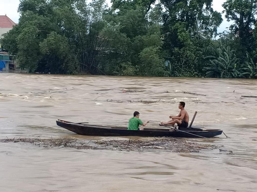 Hà Tĩnh: Người dân vẫn liều mình vớt củi dù nước sông dâng cao Ảnh 1
