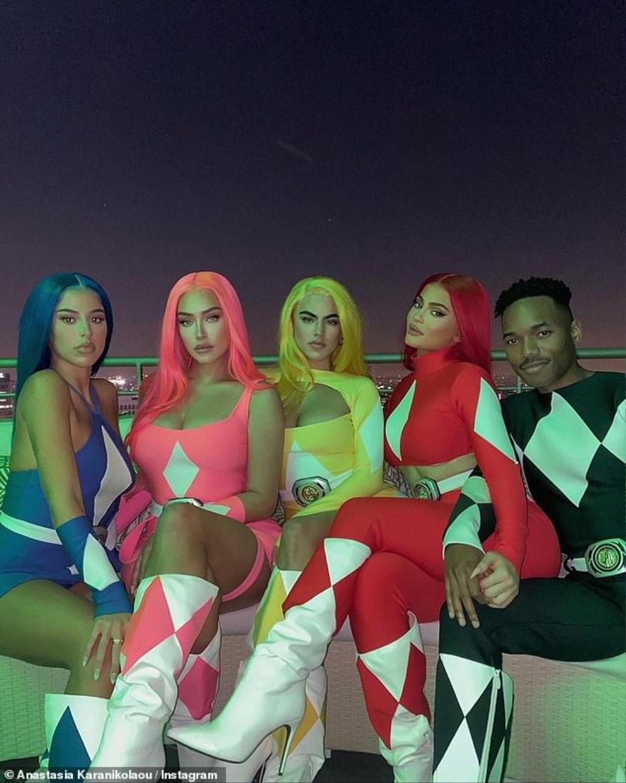 Kylie Jenner hóa trang Halloween với trang phục 5 anh em siêu nhân với mái tóc đỏ rực Ảnh 1
