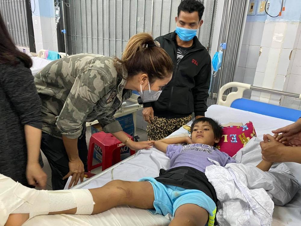 H'Hen Niê lội bùn, xúc động mạnh khi đến thăm người dân chịu ảnh hưởng sạt lở đất tại Quảng Nam Ảnh 1