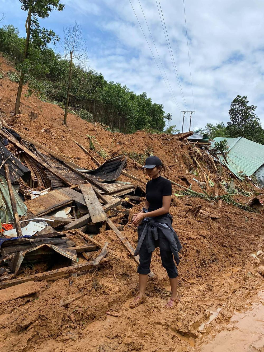 H'Hen Niê lội bùn, xúc động mạnh khi đến thăm người dân chịu ảnh hưởng sạt lở đất tại Quảng Nam Ảnh 2