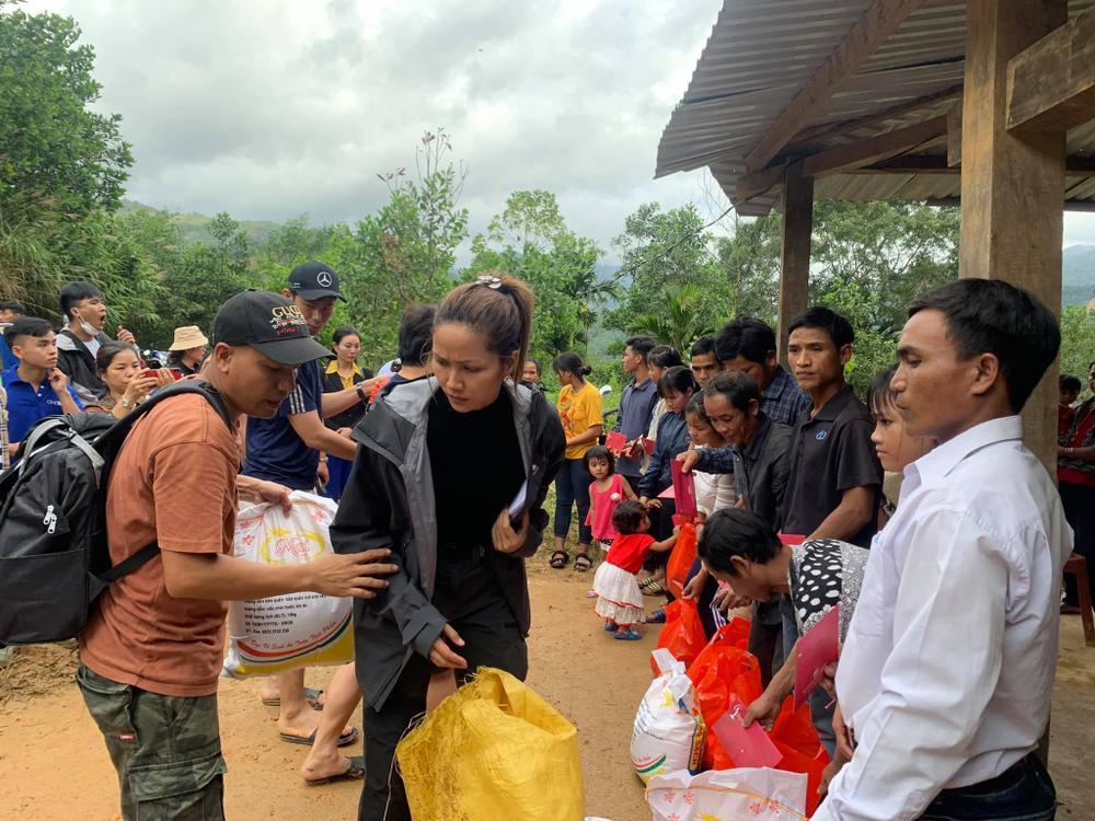 H'Hen Niê lội bùn, xúc động mạnh khi đến thăm người dân chịu ảnh hưởng sạt lở đất tại Quảng Nam Ảnh 3