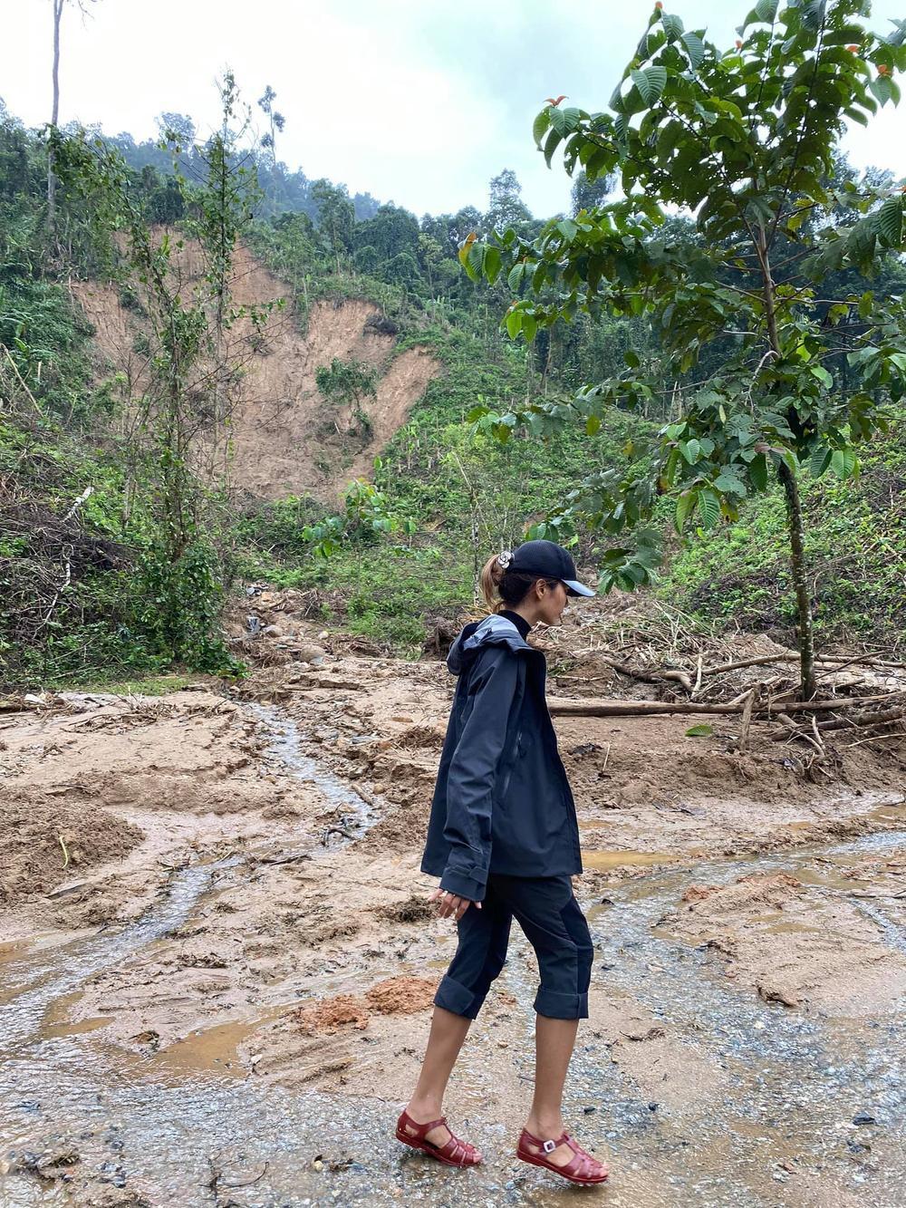 H'Hen Niê lội bùn, xúc động mạnh khi đến thăm người dân chịu ảnh hưởng sạt lở đất tại Quảng Nam Ảnh 4